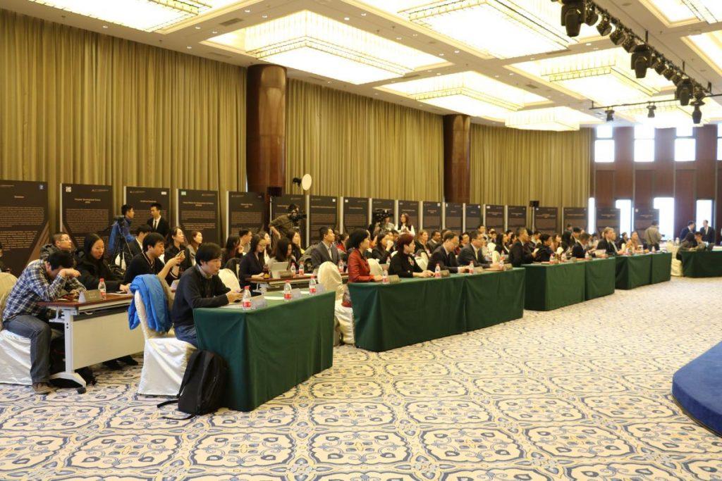 """A konferencia zárónapján 5 különböző gyermekjogot érintő panel beszélgetés zajlott, ahol a """"Gyermekvédelmi rendszerek fejlődése és fejlesztése"""" szekcióban osztottam meg az Alapítvány tapasztalatait. A kínai sajtó és különböző civil szervezetek is végigkísérték a konferencia előadásait, így különösen nagy öröm volt a Gyermekjogi Pro Bono Központ munkájának elismeréseként díjat kapni."""